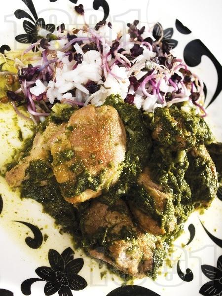 Домашно задушено пиле със замразен спанак и ориз в тенджера - снимка на рецептата